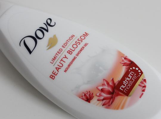 De 'dove beauty blossom nourishing shower gel' zit in een fles van